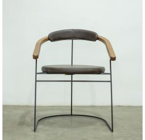 Cadeira Butiá assinada por Larissa Diegoli - Jhovini