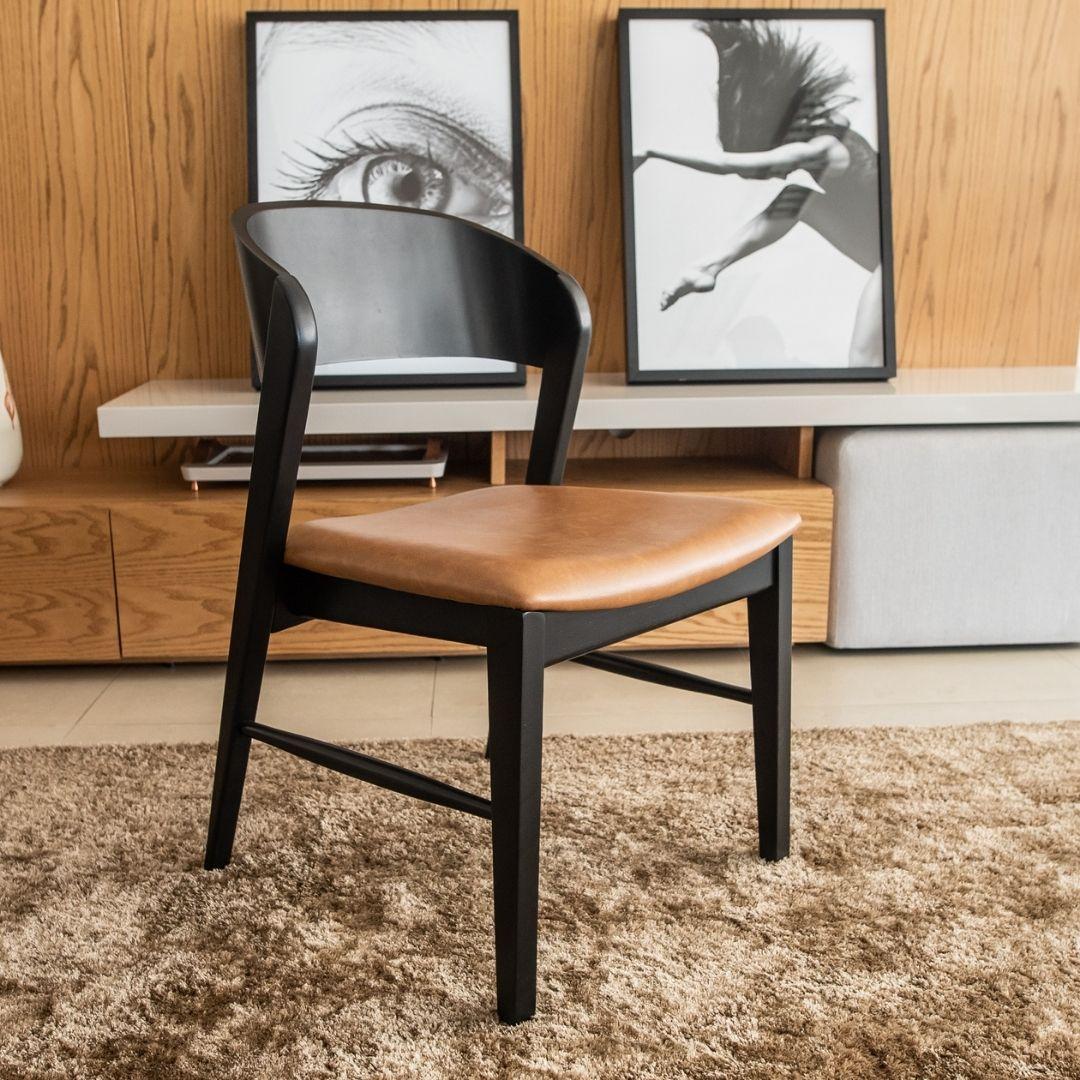 Cadeira Lia laminada ebanizada, com assento no couro
